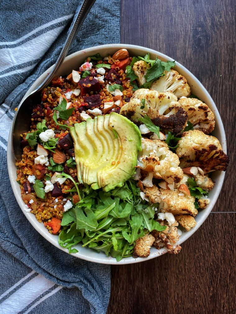 You will feel like it is spring time with this Toasted Moroccan Quinoa Salad. Quinoa. Quinoa cooked with spices and done in 30 minutes. It makes for the perfect lunch, whether you eat it at home or take it to go! #thecuttingveg#eatrealfood#quinoa #mealprep