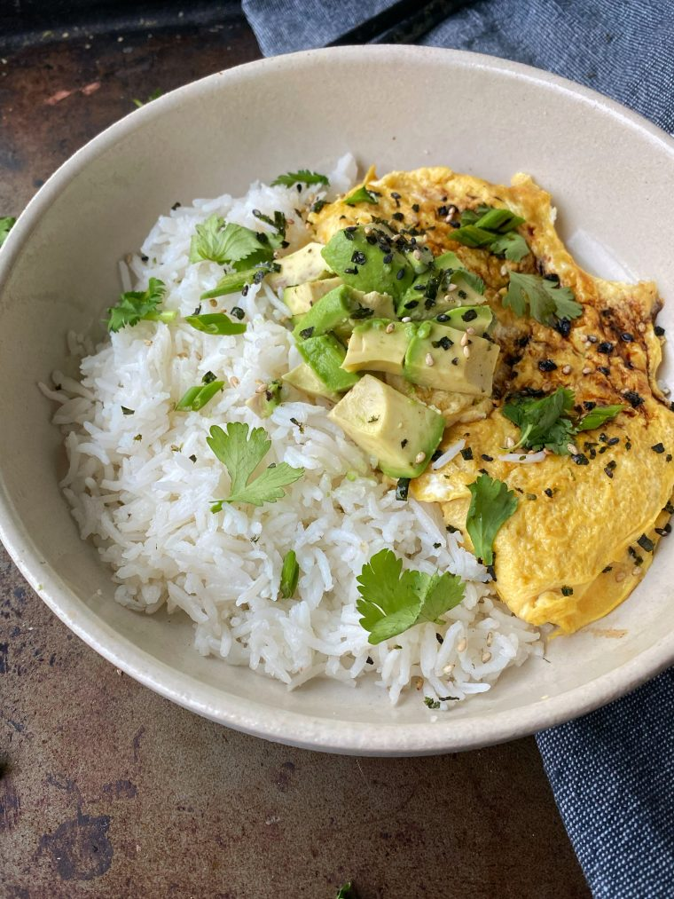 Simple food means Tamago Egg Sushi Rice Bowls for lunch or dinner! Pair them with cubed avocado for a delicious and quick meal. #thecuttingveg #sushi #breakfast #healthybreakfast #yolkporn
